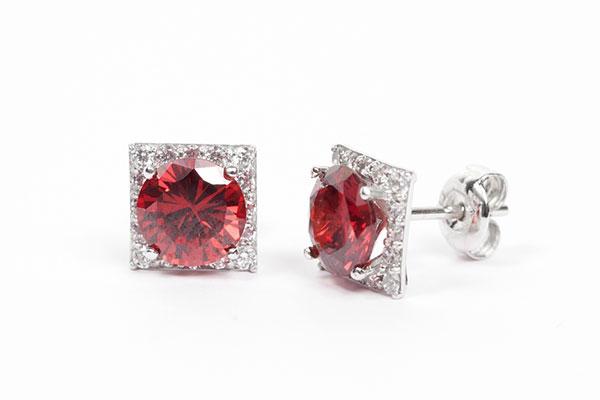 Sang trọng và cuốn hút với hoa tai gắn đá Cửu Long Jewelry