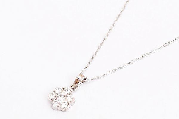 Biến tấu với mặt dây chuyền đính đá thương hiệu Cửu Long Jewelry