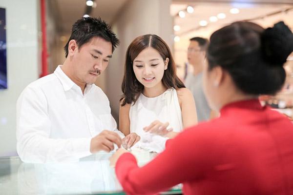 Diễn viên Khánh Hiền rạng ngời cùng bạn trai đi chọn nhẫn cưới