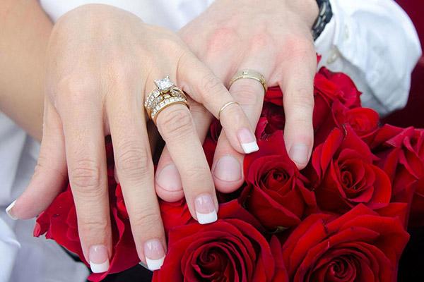 Đeo nhẫn đính hôn cùng nhẫn cưới sao cho phù hợp?