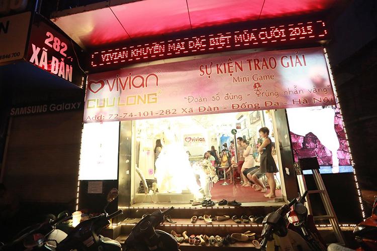 Ảnh viện Vivian trao giải minigame Đoán số đúng - Trúng nhẫn vàng