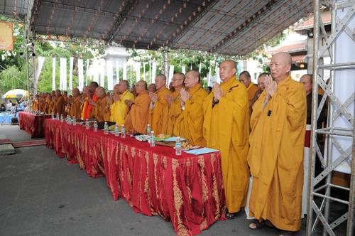 Doanh nhân Hùng Cửu Long đưa vợ con đi lễ tại chùa Vĩnh Nghiêm