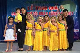 Gia đình Hùng Cửu Long đi phát quà Trung thu