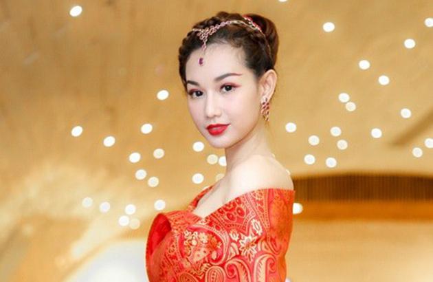 MC Quỳnh Chi đẹp rạng ngời trong trang sức Cửu Long