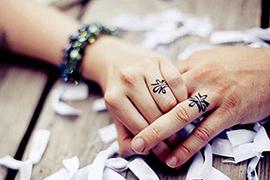 Nhẫn cưới hình xăm táo bạo