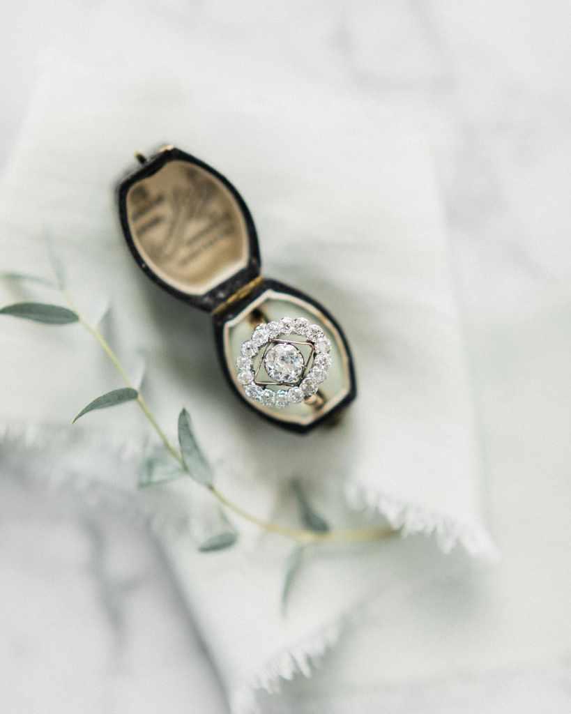 Nhẫn đính hôn kim cương mang âm hưởng cổ điển không bao giờ lỗi mốt