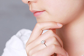 Nhẫn đính hôn màu vàng hồng