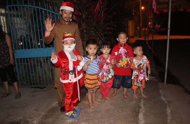 """""""Ông già Noel"""" Hùng Cửu Long phát quà cho trẻ em nghèo"""
