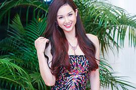 Quỳnh Chi đeo trang sức 2 tỷ đi làm MC