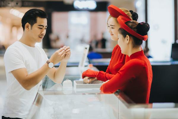 Thanh Bình chọn nhẫn đính hôn Cửu Long Jewelry tặng Ngọc Lan