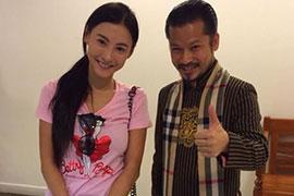 Trương Bá Chi e thẹn bên Hùng Cửu Long tại Singapore