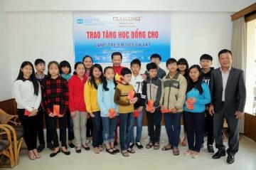 Hùng Cửu Long trao học bổng cho các bé làng SOS Đà Lạt