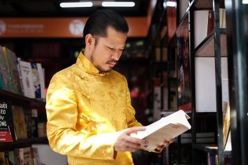 Hùng Cửu Long tham quan đường sách