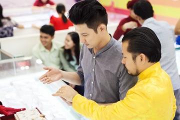 Huy Khánh bị bắt gặp mua nhẫn cưới Cửu Long Jewelry tặng Anh Thư